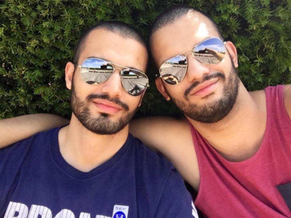 Pareja de chicos gays que comparten sus vacaciones en un hotel exclusivo para hombres.